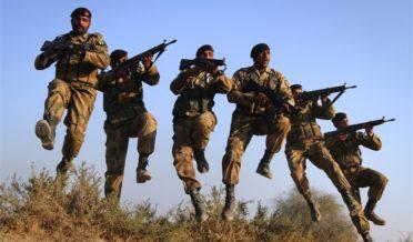 افسوسناک سانحہ،چینی انجینئراور پاکستانی مزدور کو نکالنے کیلئے پاک فوج کا دستہ پہنچ گیا 7