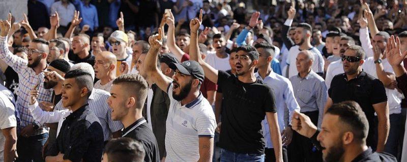 ناروے میں اسلام مخالف ریلی میں توہین قرآن کی جسارت کرنے والے ملعون پر حملہ 7