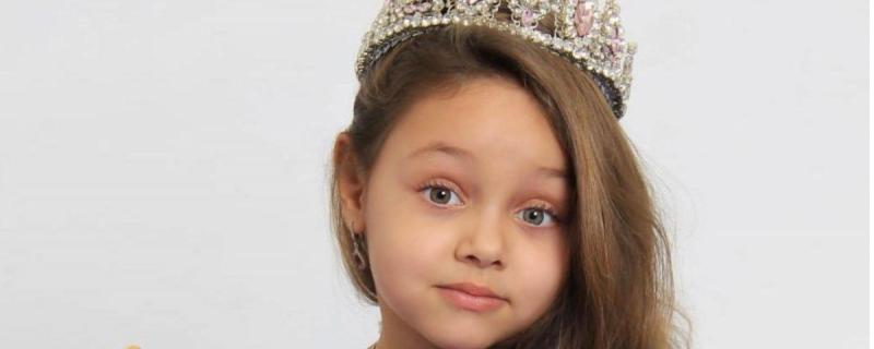 """پانچ سالہ مصری بچی بیا حسن نے روس میں"""" بچیوں کی ملکہ حسن """"کا اعزاز حاصل کرلیا ہے"""